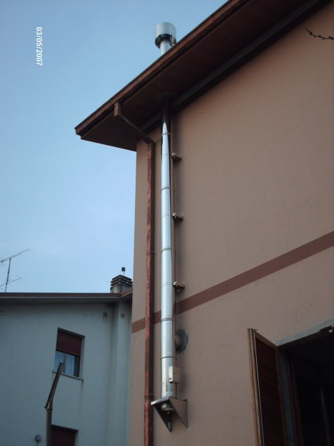 Canna fumaria esterna per stufa a legna termosifoni in - Canna fumaria esterna normativa ...